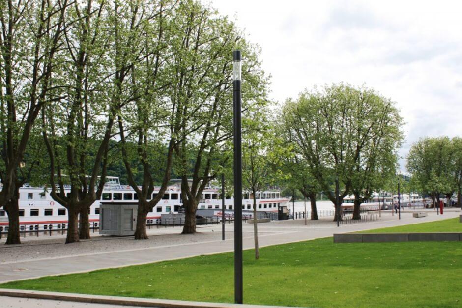 Flusskreuzfahrer am Rheinufer