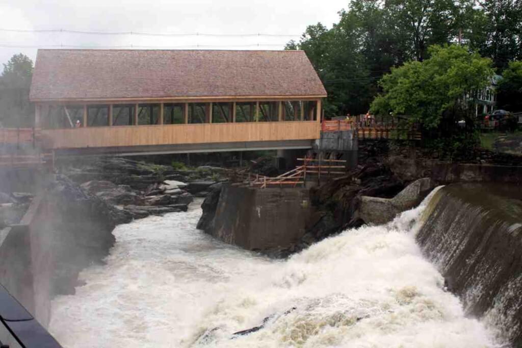 Die Covered Bridge am Wasserfall in Quechee, Vermont © Copyright Monika Fuchs, TravelWorldOnline