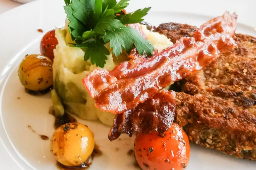 Schweinekotelett im Restaurant des Thermenhotels © Copyright Monika Fuchs, TravelWorldOnline