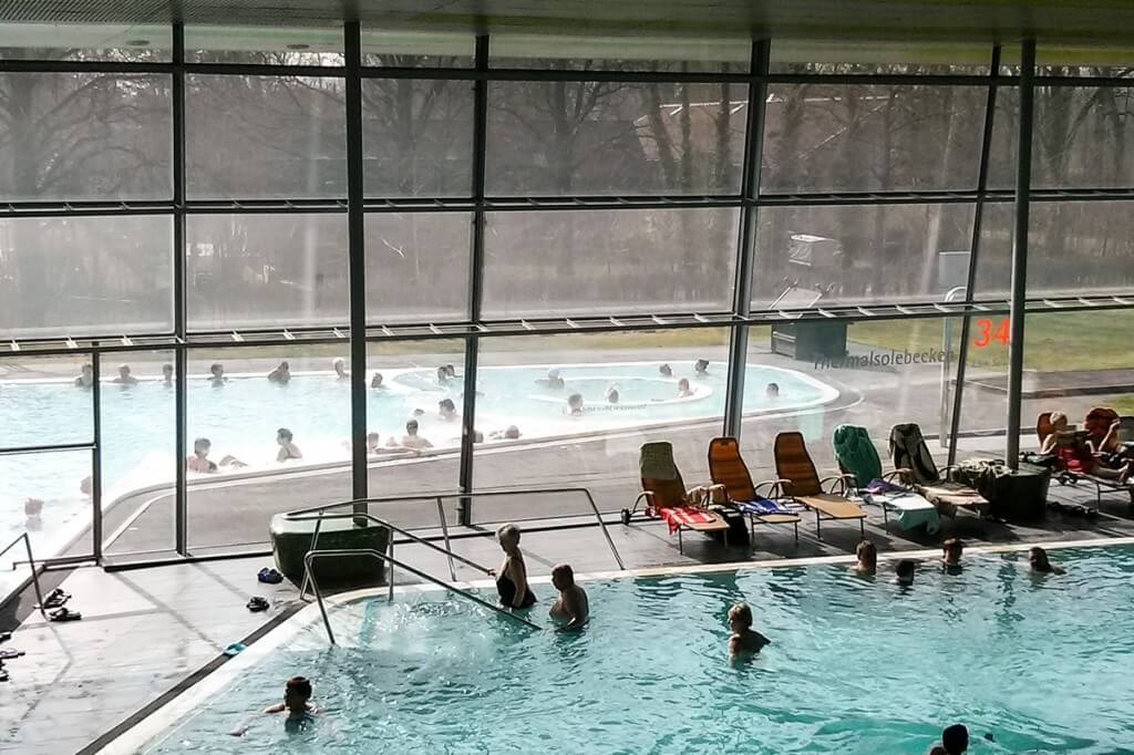 Entspannen in den Thermensolebecken der Spreewald Therme in Burg