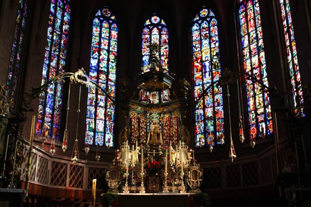 Der moderne Altarraum in der Kathedrale