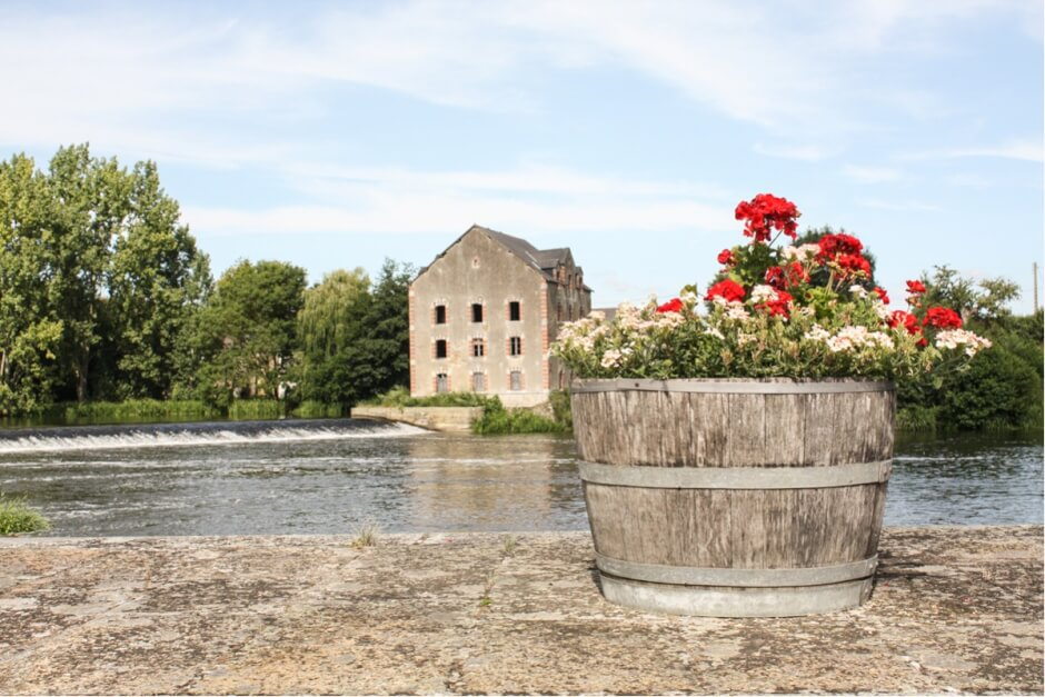 Flower arrangement at one of the locks on the Mayenne - France Destinations for connoisseurs
