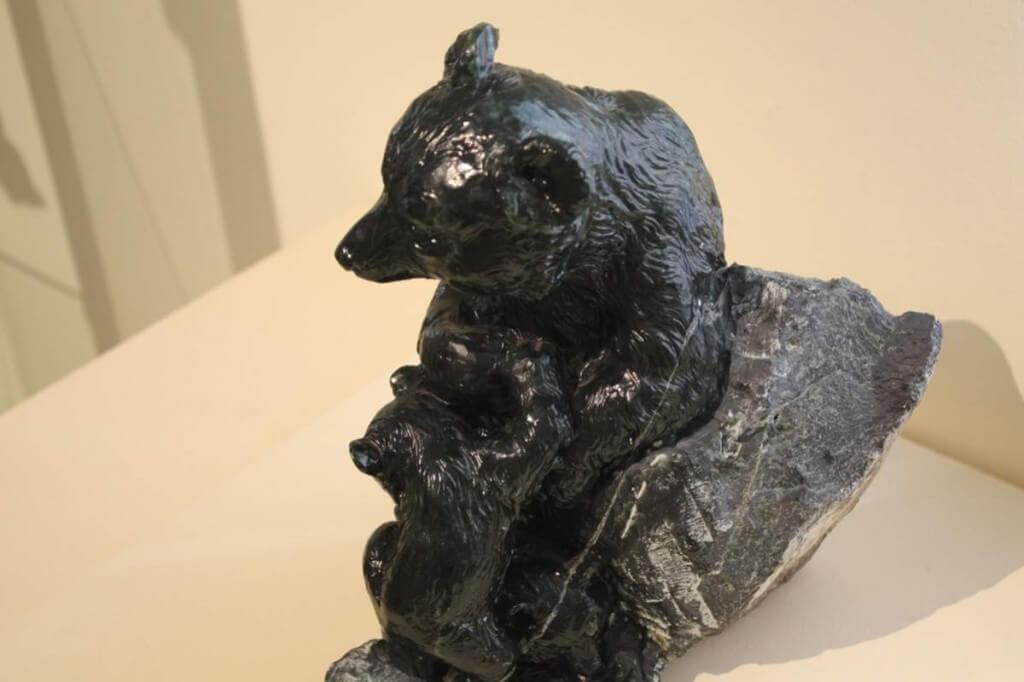 Bären aus Edelserpentin von Otto Potsch
