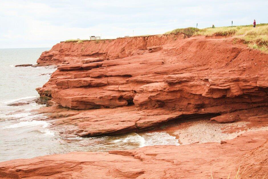 Rote Felsen im Prince Edward Island National Park - eine von drei Attraktionen an der Nordküste von Prince Edward Island