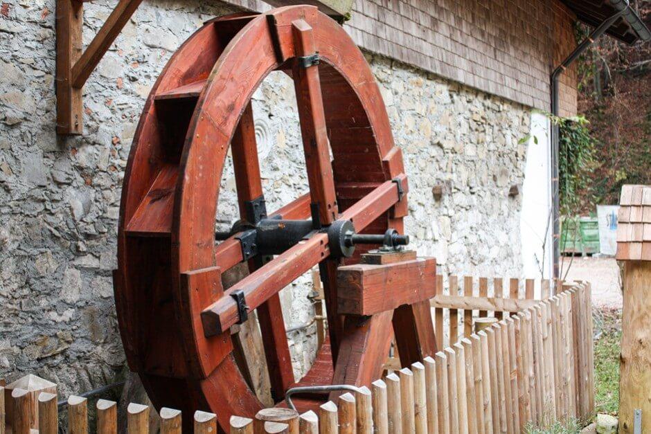 Die alte Schmiede bei Anthering Das alte Wasserrad funktioniert noch heute