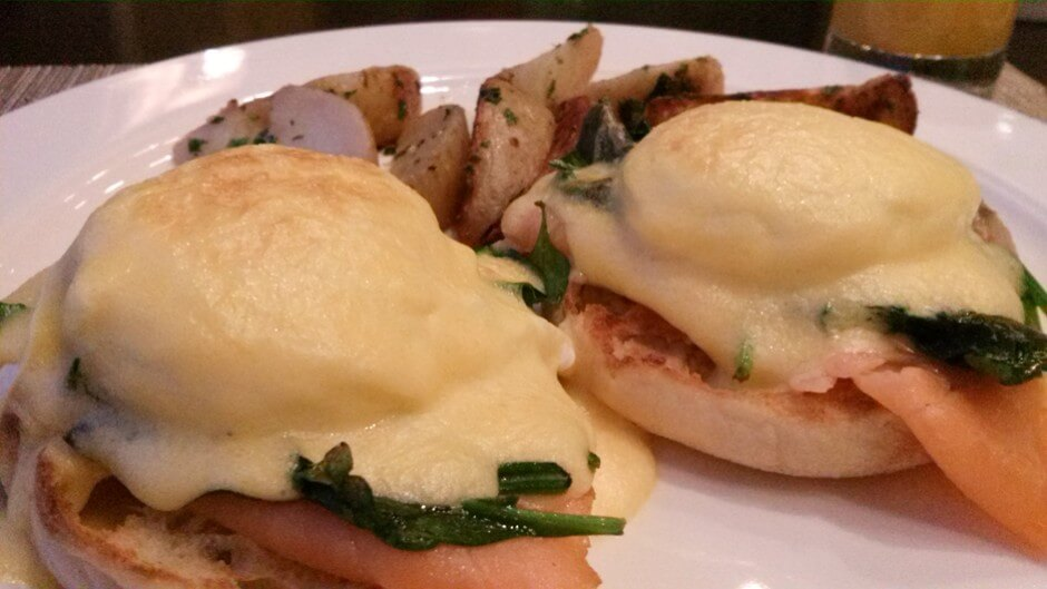 East Coast Eggs Benedict in Wilfried's Restaurant im Hotel Chateau Laurier in Ottawa