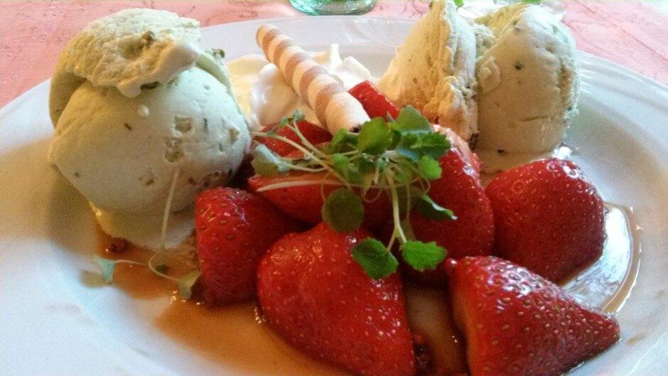 Erdbeeren in Dattelbalsamicosauce mit roten Senfkörnern mit Pistazieneis
