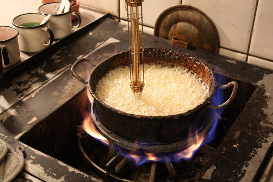 Hier brodelt die Zuckermasse für die Zuckerstangen