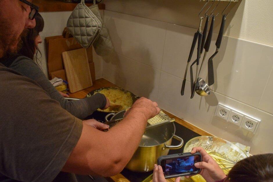 Chääs Chnöpfle kochen im Berghaus Anna Lisa im Kleinwalsertal