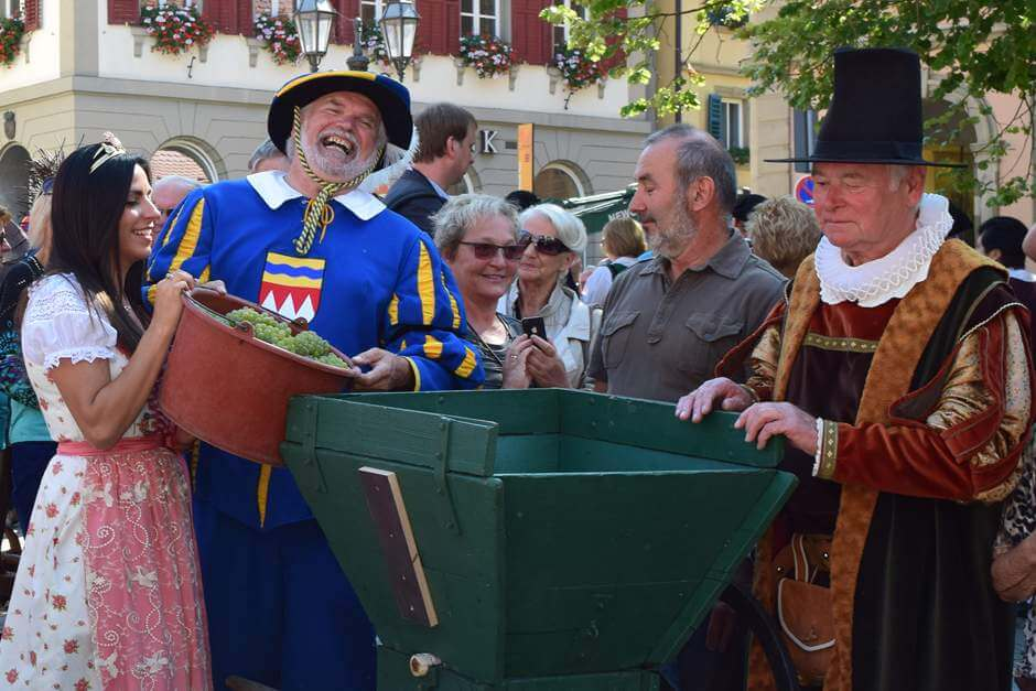 Wine Princess, Landsknecht and Ratsherr press the first wine of the year - wine festivals and wine events