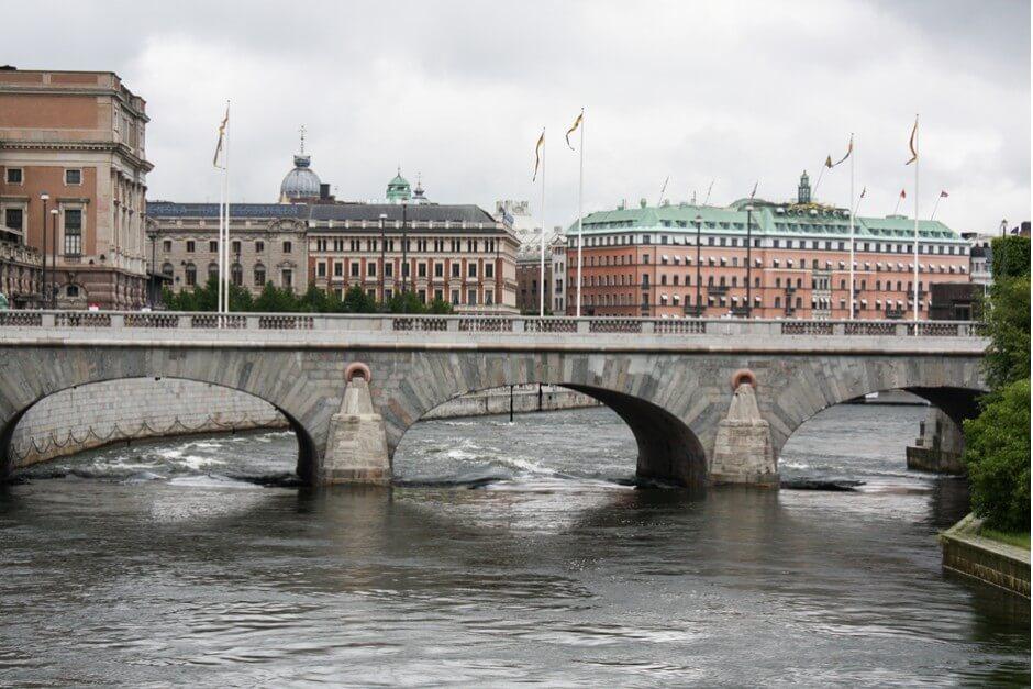 Die Norrbro Brücke führt zum Schloss von Stockholm