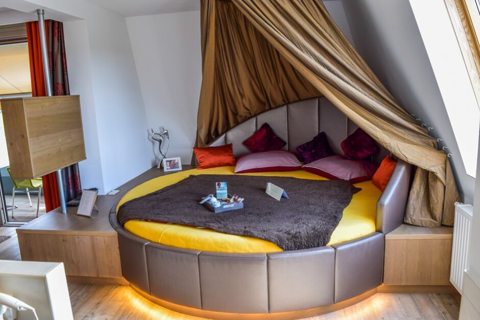 Das Bett in der Hotelsuite mit Sauna