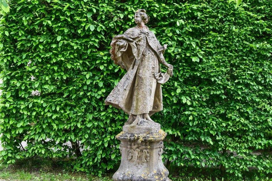 Elegante Dame aus Sandstein