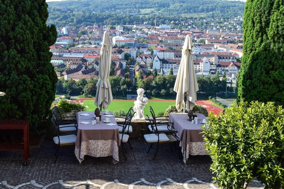 Frühstücksterrasse mit Blick auf Würzburg