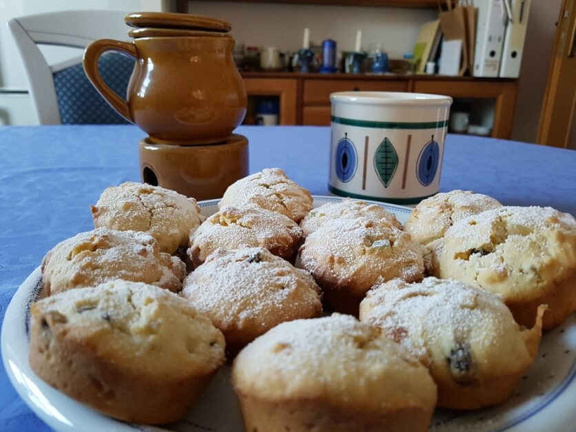 Muffins mit einer Tasse Tee