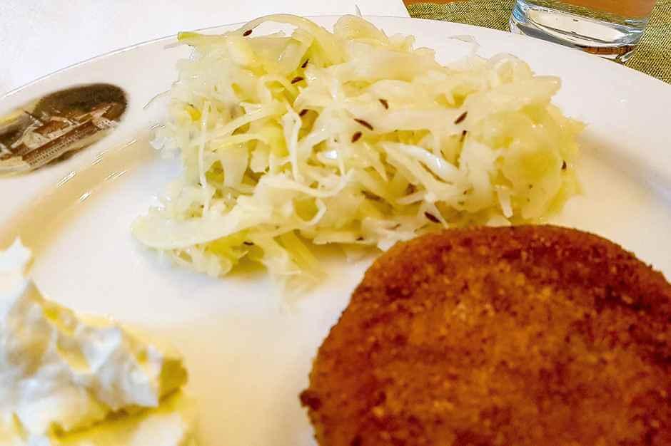 Kartoffelplätzchen mit Knoblauchcreme und Krautsalat