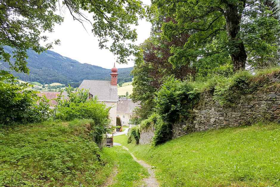 Sankt Lambrecht - From the monastery to the castle. Hiking equipment on the hiking checklist.