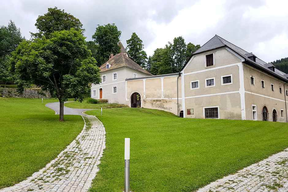 Farm building in Sankt Lambrecht, which hiking equipment is the best here?