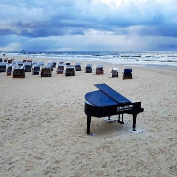 Travel to Usedom because of the piano on the beach