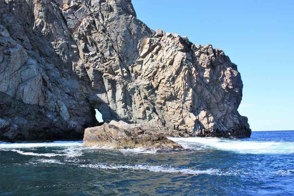 Loch in den Felsklippen vor Twillingate Neufundland