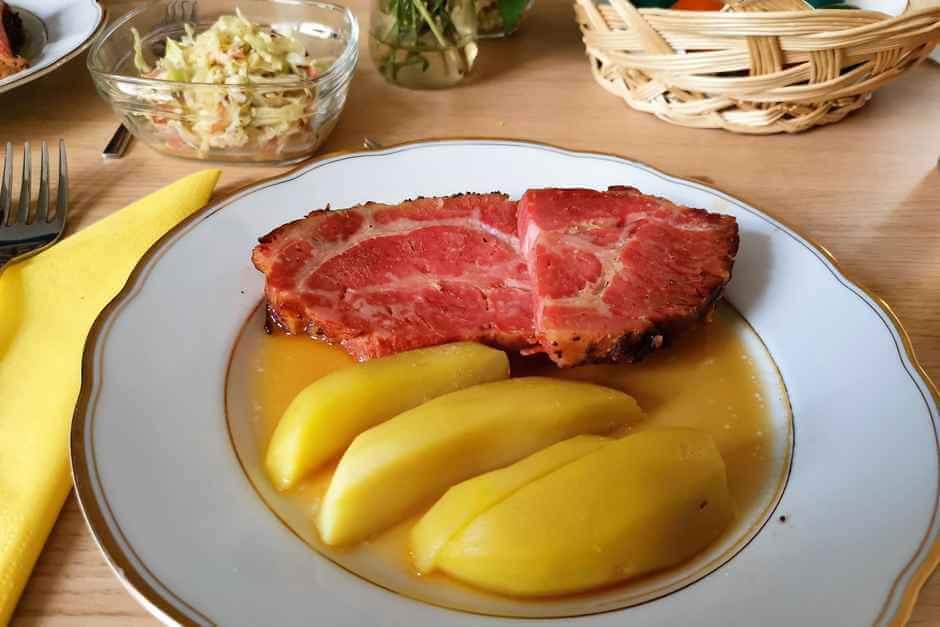 Schweinebraten mit Kartoffeln und Krautsalat - für einen Auszeit Urlaub für Seele und Geist