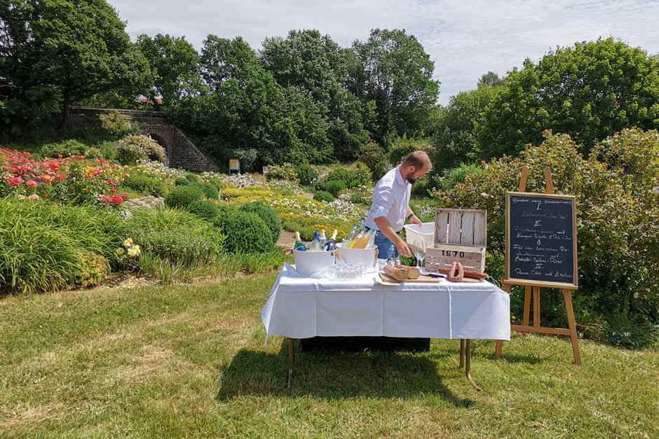 At the picnic in the rose garden there are Hessian specialties