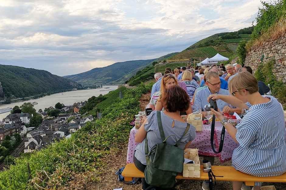 Beim Picknick im Weinberg gibt's hessische Spezialitaeten