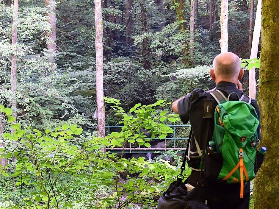 Petar hiking through the Pesenbachtal with a light hiking backpack