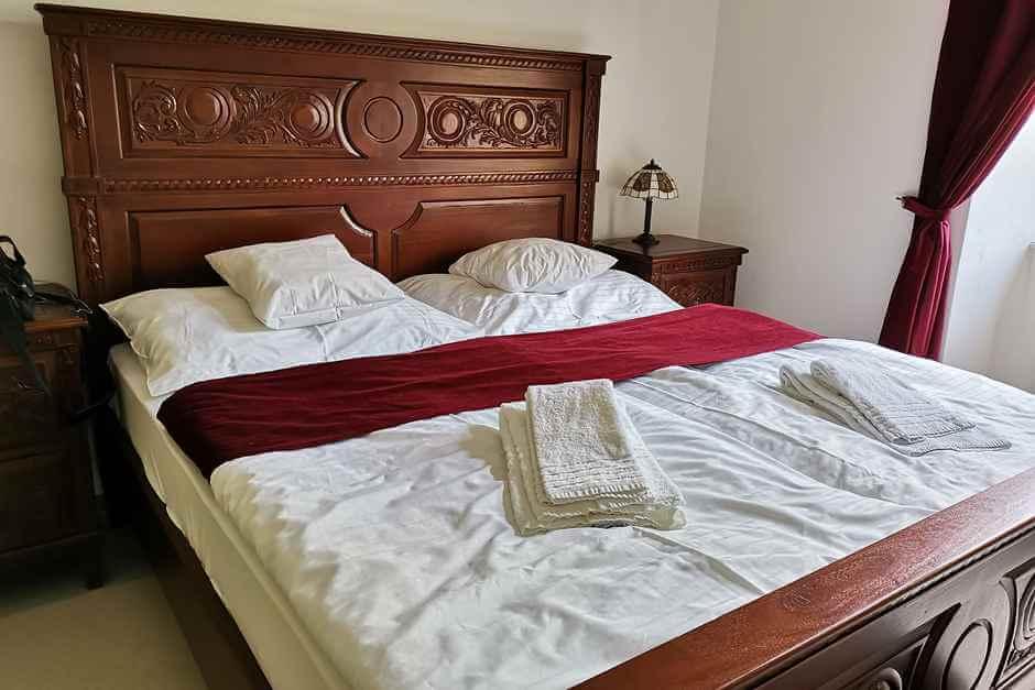 Stilmöbel im Schlafzimmer bei unserem Tschechien Urlaub im Kloster