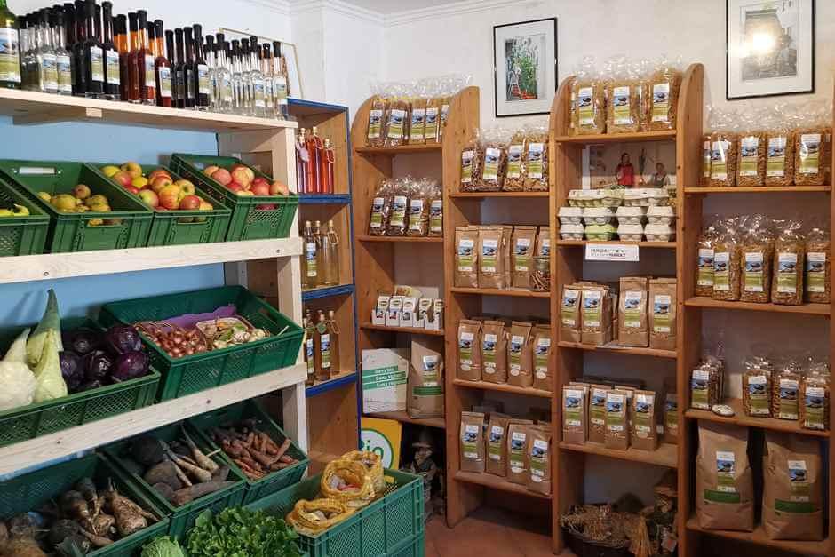 Nudeln, Obst und Gemüse im Hofladen in der Nähe von Rechberg - Biobauer Schmiedberger hat einen Bauernladen in der Nähe von Rechberg für seinen Ab Hof Verkauf