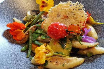Schupfnudeln with vegetables, herbs and cream sauce - vegan pub culture