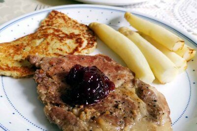 Asparagus with cutlet and potato pancakes